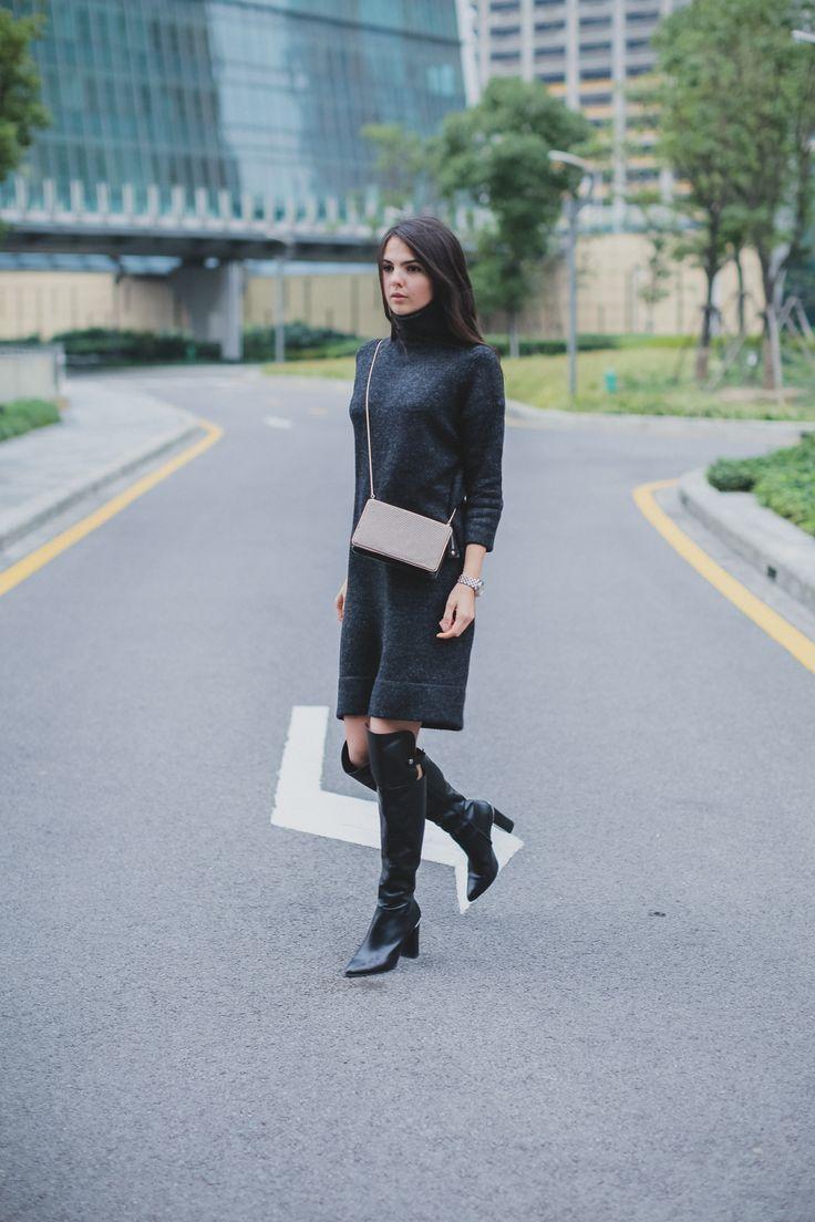 Doina Ciobanu lleva un vestido de suéter de carbón de Zara, y los más de la rodilla botas son de Reiss: