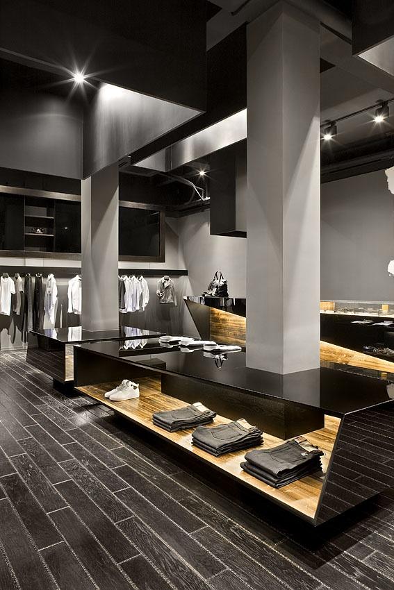 Lo que mas me llama la atención es la utilización de colores oscuros como grises y negros en el mobiliario y en las paredes y columnas. Me gusta mucho la iluminación y la posición de las prendas