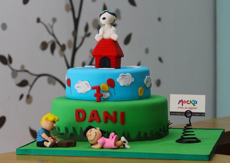 Empezando el día con esta torta de #Snoopy para celebrar el séptimo cumpleaños de Dani. | #TortaInfantil  Pedidos - Cel: 3006080239 | info@mocka.co | Tel: (1) 4583915  www.mocka.co  #mocka #pasteleria #pasteleriasbogota #bakery #cakeshop #cake #ponque #torta #pastel #ponquedecorados #tortadecorada #birthday #cumpleaños #pasteleriartesanal #ponqueinfantil #artenazucar #lucy #woodstock #lucyvanpelt #charliebrown #cakeoftheday #pasteleriaartesanal #birthdaycake