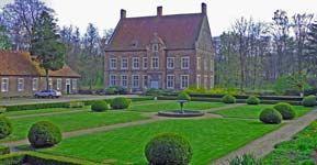 Haus Welbergen in Ochtrup ist noch ein echter Geheimtipp. Umgeben von Wäldern liegt die Burg besonders malerisch. Sehr schön ist der kleine Park im Innenhof.