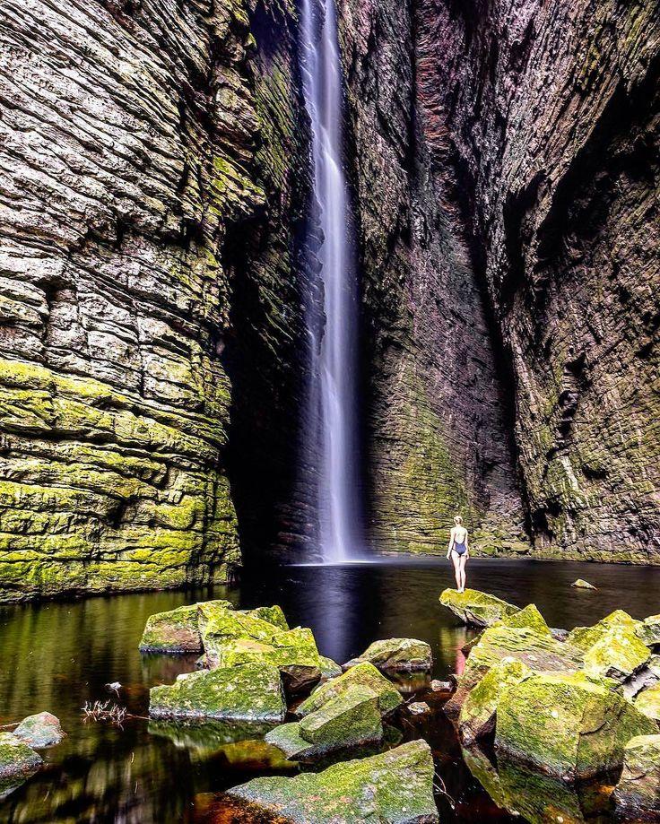 Cada dia é uma jornada E a jornada em si é o lar.  Matsuo Basho  Foto: Cachoeira da Fumacinha no Parque Nacional Da Chapada Diamantina lindamente capturada por @teennnyy