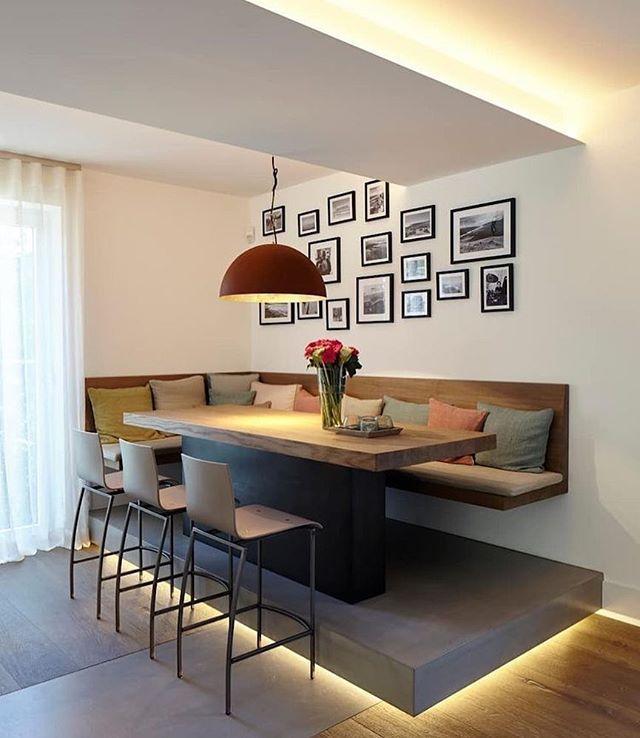 Bom diaaaaa {} Olha essa sala de jantar: com o piso elevado e iluminação parece que está flutuando! Ameiiii  . {} Me siga também no @andreaalcantara  . #homeDecor #projetos #decoração #interiores #arquitetura #decor #interiordesign #blogalmocodesexta #grupodecordigital #olioliteam #archdaily