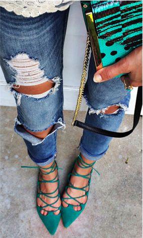Que tal deixar os saltos de lado e curtir o verão com sandálias rasteiras super fresh? Existem muitas opções de flats para curtir esse verão bem fresquinha, como as sapatilhas de amarrar.
