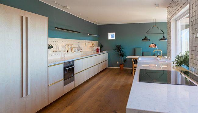Eikegulv, kjøkken i heltre ask & vegg malt i lady balance S5010-B70G.