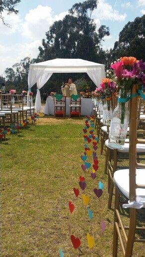 Ceremonia al aire libre en un dia soleado y lleno de color