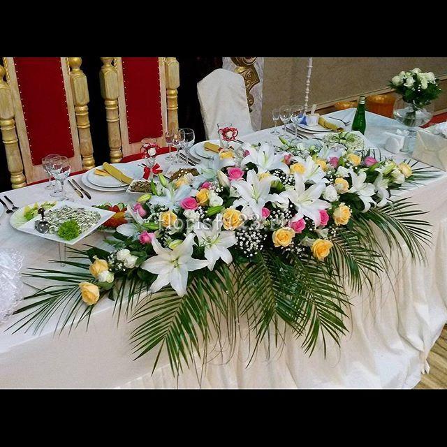 Цветочная композиция на стол новобрачных #цветы #розы #эустома #лилия…