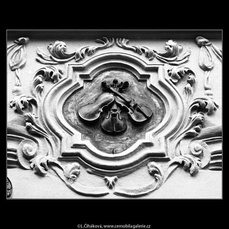 U Tří housliček (788-1) • Praha, červenec 1960 • | černobílá fotografie, domovní…