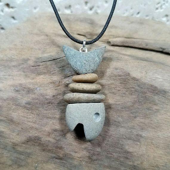 Peces de piedra collar  He hecho este colgante de rocas que recogí en una playa en Narragansett, Rhode Island. La cabeza y la cola son talladas a mano y tiene entre guijarros de la playa, en un perno de cabeza de plata con un anillo de salto de plata de ley. El colgante cuelga de una cuerda de poliéster negro ajustable. El colgante es de aproximadamente 1 3/4 por 3/4 de tamaño.