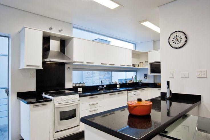 Gente, sou apaixonada por janelas compridas e estreitas na cozinha e acima da pia! Tem coisa melhor que um design moderno, muita ilum...