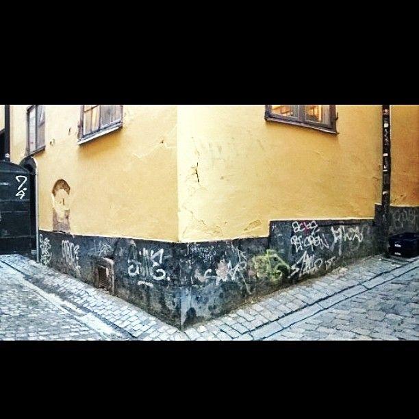 #pareidolia #iseeface #iseefaces #Stockholm #oldtown #dirty #old #town 😆 #streetart #streetphotography #travelphotos #travelnotfar #gamlastan #katutaidetta #Tukholmassa #Tukholma #nassu #naama #talo #kraffiti #graffiti