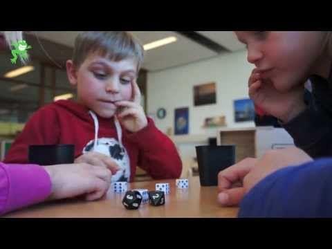 Uitleg van het spel 'Boeven vangen'. Doel: relatie leggen tussen getalbeelden en getalsymbolen en het maken van optellingen tot en met 20.