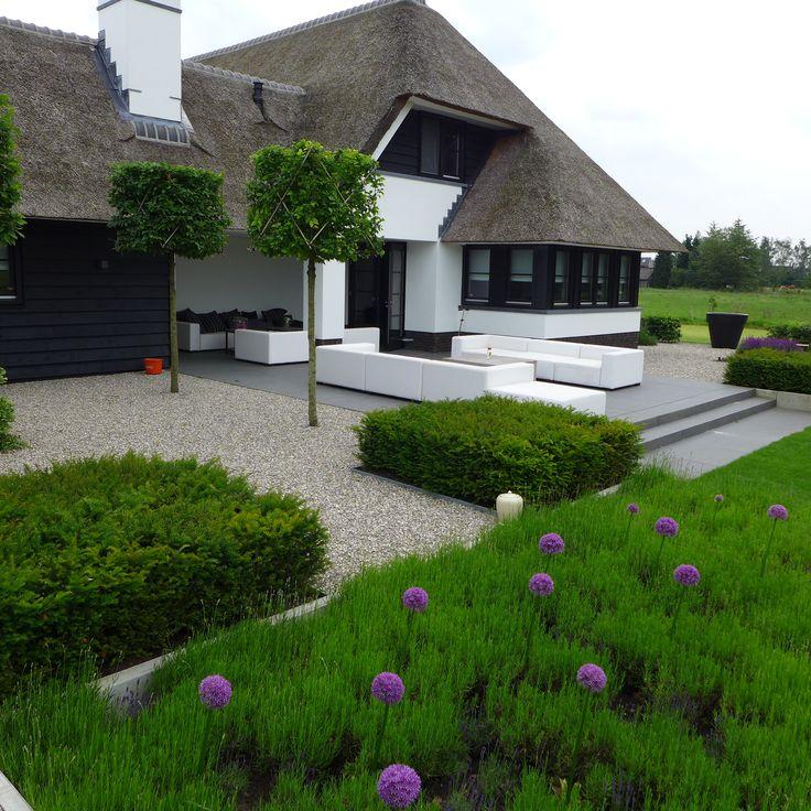 Moderne tuin uienbollen - lounge set buiten - tuinset - moderne tuinmeubelen - boerderij met rietenkap www.hendrikshoveniers.nl