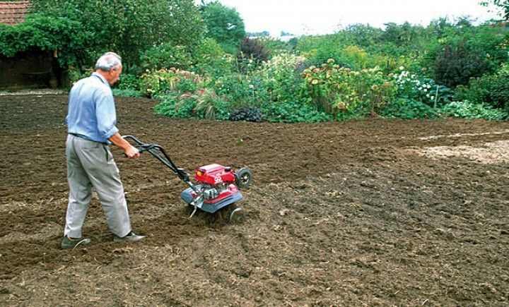 Ameublir la terre à la motobineuse avant de semer la pelouse - F. Marre - Rustica - Le Bois Pinard