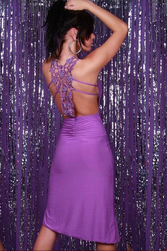 Vestido largo bordado morado Vestido largo de noche escote profundo en forma de V con soporte al cuello, frente y acabado con detalle plisado. Cuenta con un precioso bordado floral en la parte... Referencia: MX6124-1. Talla única. 24,15€
