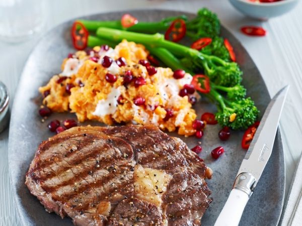 Steak met puree van zoete aardappelen en granaatappelpitjes (Libelle Lekker!)