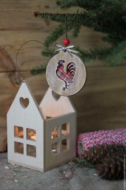 Купить или заказать Оберег/ Интерьерная подвеска 'Кантри' в интернет-магазине на Ярмарке Мастеров. Интерьерная подвеска, оберег, игрушка на ёлку. Необычный и оригинальный подарок на новогодние праздники как родным, так и коллегам по работе. Имеют приятный цвет дерева, искусно состарены, сочетание таких фактур, как дерево и ткань, принт горошек и клетка-это всё из уютного стиля кантри. Вы не захотите выпускать их из рук:)) Цена указана за одного петушка.