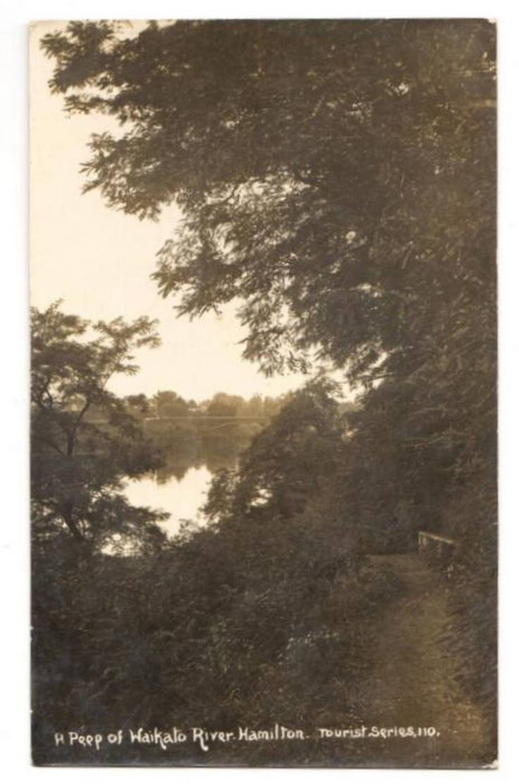 Real Photograph. A peep of the Waikato River at Hamilton. - 45685 - Postcard - Postcards Waikato - Postcards New Zealand - Postcards By Country - EASTAMPS