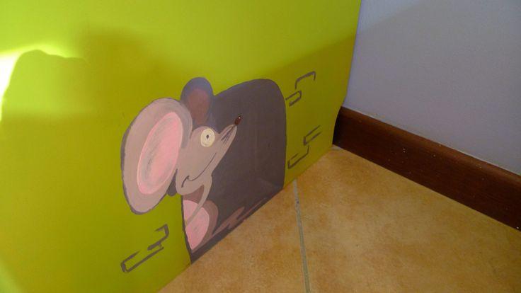 Particolare Armadio Mammut riverniciato e decorato con disegni realizzati con colori acrilici.