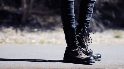 Girl in combat boots and skinny jeans | Jute's style in Winter ...
