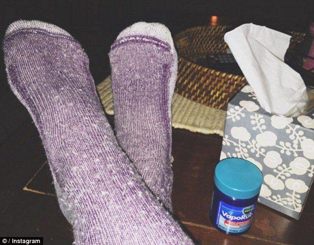Prenez soin de vos pieds Avant d'aller au lit, appliquez un peu de Vicks sur le talon de vos pieds, en particulier sur les zones sèches, et mettez vos chaussettes.Assurez-vous d'utiliser de vieilles chaussettes, car elles auront une odeur de menthol super forte. Le matin, lavez vos pieds avec de l'eau froide, utilisez une pierre ponce pour enlever les peaux mortes, et appliquez votre soin pour les pieds.Continuez à le faire tous les soirs.