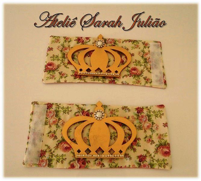 Abraçadeiras de cortinas em tecido tricoline floral com aplique de coroa em madeira MDF pintada de dourado com pérolas e strass. Fechamento em velcro.