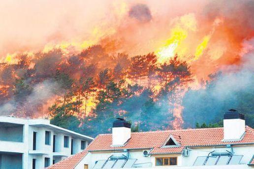 Жара в сочетании с сильными ветрами спровоцировала сильные лесные пожары в туристическом регионе Адрасан в южной части страны.  Огонь уничтожил полностью 5 отелей и иной оборудование в туристическом районе Адрасан. Пожар начался в субботу в 14.00. Местные власти говорят, что на борьбу с пожаром было отправлено 300 пожарных, 40 пожарных машин, 10 автоцистерн, 7 вертолетов и 2 водных самолета. Борьбы продолжалась 16 часов. Никто не пострадал.