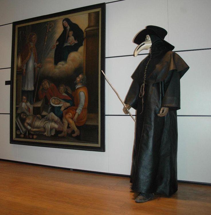 Un costume de médecin de la peste en cuir noir tel qu'il sévissait lors des épidémies de peste au XVII ème siècle. - conception Cécile Arnaud Costumière et Bernard Berthel, accesoiriste