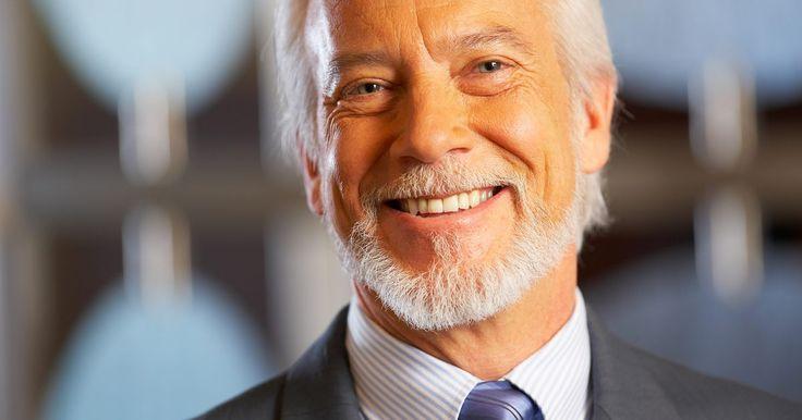 Cómo afeitar el cabello del cuello y dejarse la barba. Una barba prolijamente recortada le puede dar a un hombre un aspecto profesional. Una barba poco cuidada con largos disparejos, que se vea irregular o que parezca bajar hasta el cuello puede tener el opuesto opuesto. Afeitar el cabello en tu cuello enmarca tu barba y mejora tu apariencia.