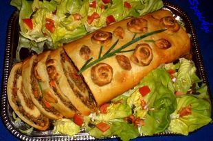 Töltött burgonyatekercs salátaágyon