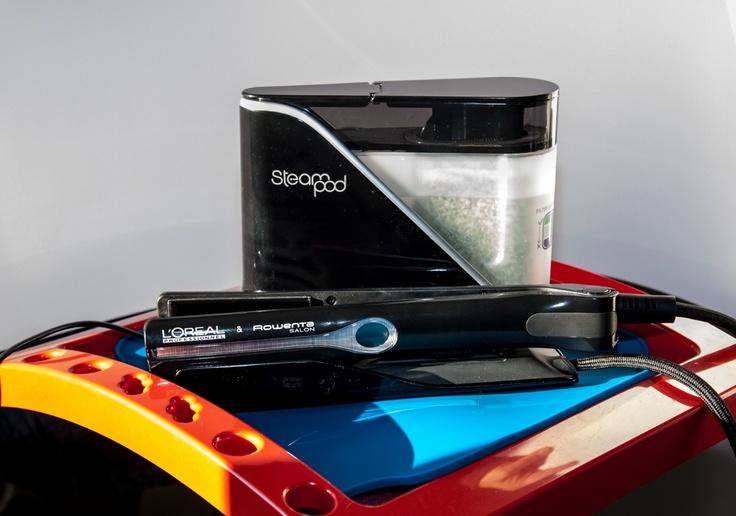 STEAM POD, nová technologie pro šetrnou regeneraci vlasů.    Od minulého týdne vlastníme unikátní technologii pro ošetření a zkrásnění Vašich vlasů - parní žehličku Steam Pod. Firma L'ORÉAL a ROWENTA vytvořila koncept, který nejen vyhladí a dodá lesk Vašim vlasům, ale zacelí narušené konečky a hloubkově obnoví vlasové vlákno.