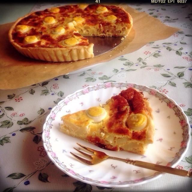 卵の賞味期限が…!! ということで、 キッシュをまた焼きました〜♡笑 今回の具材は、 鮭・じゃがいも・玉ねぎ! うずらの卵で飾り付けしました(*ˊᵕˋ*) お昼ご飯に頂きます〜♡ - 44件のもぐもぐ - 鮭とポテトのキッシュ by minami23
