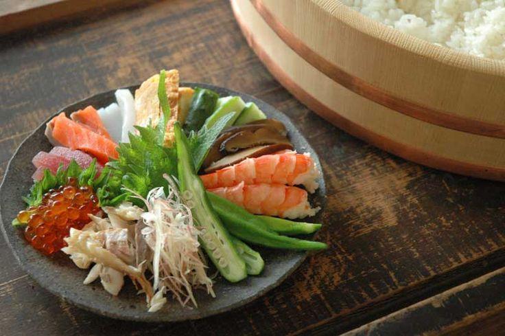 いちばん丁寧な和食レシピサイト、白ごはん.comの『手巻き寿司』のレシピページです。大人も含めて、家族みんなが楽しめるよう、薬味や具材をたくさん紹介します。写真付きで『手巻き寿司』の作り方を詳しく紹介しています。