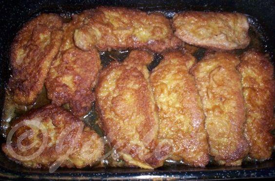 """""""Řízky úplně jinak od Petry T."""" - bomba!!! SUROVINYvepřové nebo kuřecí řízky (teď naposled jsem použila vepř. kotletu bez kosti), strouhanka, vejce - dle počtu řízků, 1/2l vody, 1/4 kostky másla, 1 kostka bujónu (používám Karpatský bujón, ale může být třeba i slepičí), sůl, pepř, olejPOSTUP PŘÍPRAVYŘízky mírně osolíme, opepříme a dáváme do mísy se strouhankou, kterou do řízků """"zaklepeme"""" co nejvíce. Poté řízky obalíme v rozšlehaném vajíčku a osmahneme na oleji na pánvi. Skládáme do pekáčku…"""