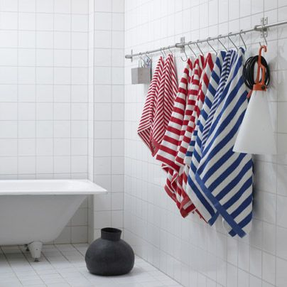Unas toallas colgadas de una barra.