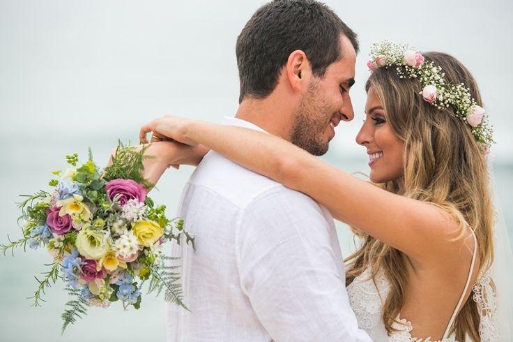 Enfim casados-Buquê e coroa de flores coloridas para casamento na praia-Marília&Márcio