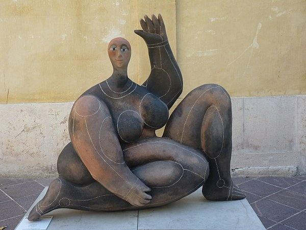 des sculptures de roger Capron dans les rues de Vallauris - #sculpture #art #figurative #woman