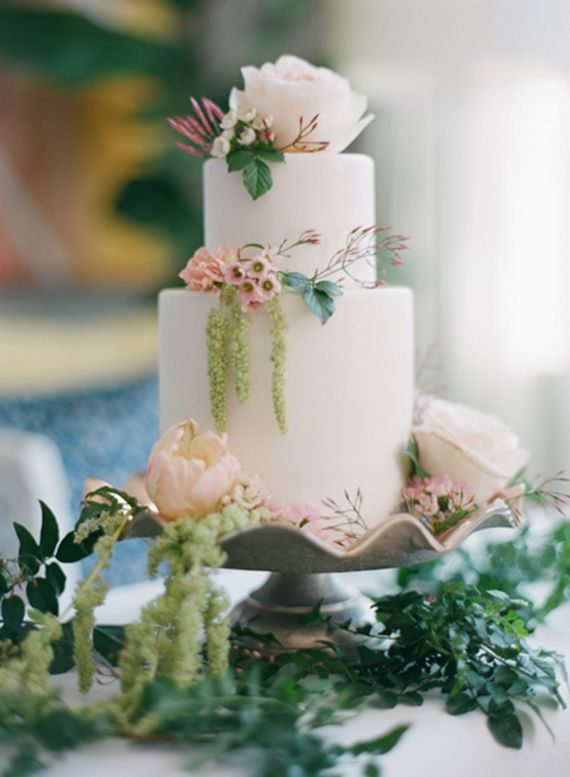 Spring wedding cake inspiration   Photo by Esther Sun  Cake by M cakes Sweet   Florals by Milieu Florals   100 Layer Cake