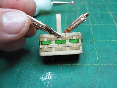 How to make miniature basket: Dollhouses Furniture, Miniatures Furniture, Dolls Houses, Dollhouses Diy, Miniatures Baskets, Paper Basket, Miniatures Dollhouses, Dollhouse Miniatures, Dollhouses Miniatures