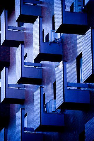 先日、大阪市内を歩いていた時に目に付いたデザインですとあるビルの室外機のためのサービスバルコニーですマンションなどの個別空調の場合、室外機置場は苦労しますよねこのマンションはそれをうまくデザインして個性的な表情になっていました----------------------------PLUS'1 プラスワン建築設計事務所〒579-8036 大阪府東大阪市鷹殿町1-9phone/072-926-5801 fax/072-921&#...