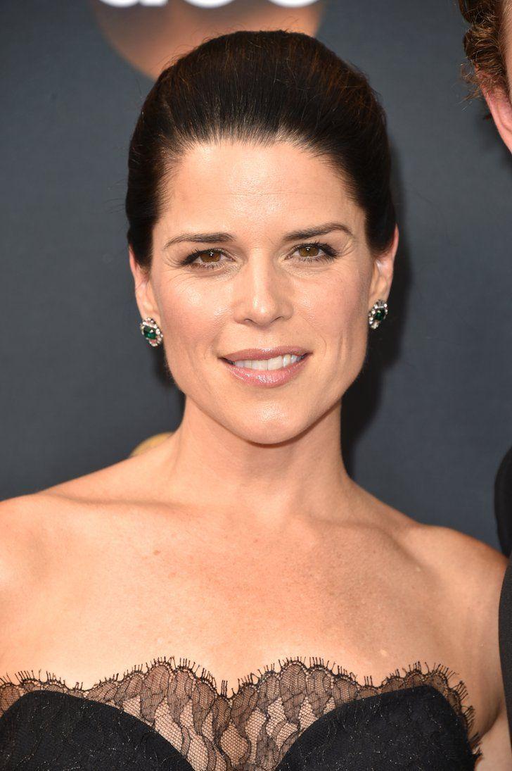 Zoom Sur Toutes les Élégantes Mises en Beauté des Emmy Awards Neve Campbell