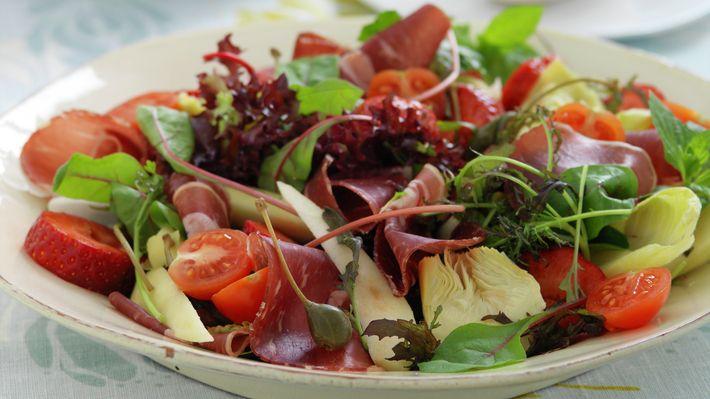 Salat med fenalår og jordbær - Gjester - Oppskrifter - MatPrat