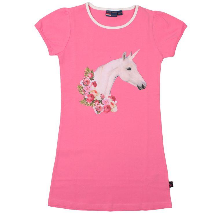 Een vrolijke licht roze A-lijn jurk met korte pofmouw en kleurrijke print. Ronde hals is wit afgebiest. Op het jurkje staat afgebeeld een print met witte eenhoorn met bloemen in roze tinten.  Kleur: licht roze  Materiaal: 95% Katoen, 5% Elasthaan
