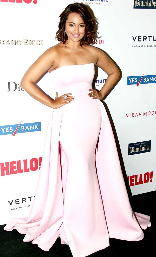 Sonakshi Sinha all smiles for the shutterbugs at the Hello! Hall Of Fame Awards 2014.