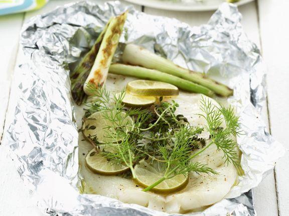 Heilbutt in Folie gegrillt ist ein Rezept mit frischen Zutaten aus der Kategorie Meerwasserfisch. Probieren Sie dieses und weitere Rezepte von EAT SMARTER!