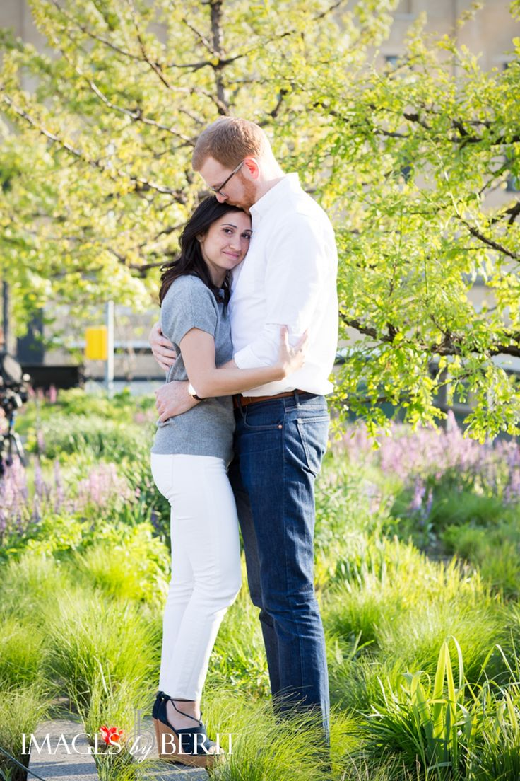 NYC High Line Engagement Session | Photography by Images by Berit | #NYC #highline #NYCengagementsession #engaged #engagmentphotos #engagementshoot