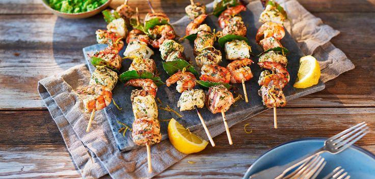 Если за первые майские выходные вам успели наскучить мясные шашлыки, или вы просто не любите мясо, то эти рецепты — то что нужно. Сегодня мы научим готовить на гриле треску, сёмгу, палтус и креветки.