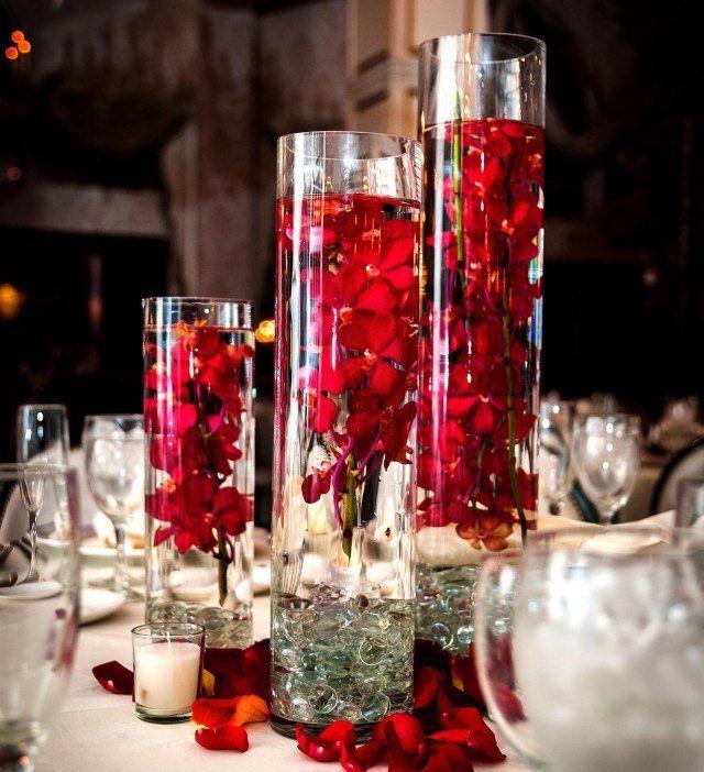 décoration de table mariage en fleurs rouges flottantes
