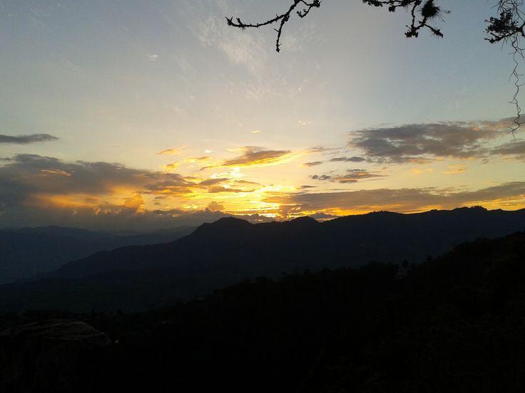 atardecer finca los abuelos,, nada mejor que tomar un buen café. y mirar cuando el sol se oculta por las grandes cordilleras del departamento de Antioquia, Colombia