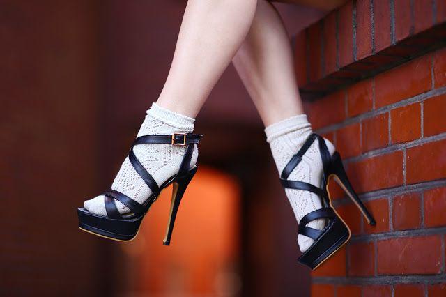 ...help! I have nothing to wear! - kobiecy blog o modzie: Bordowa krótka sukienka, czarne sandały na obcasie i beżowe skarpetki