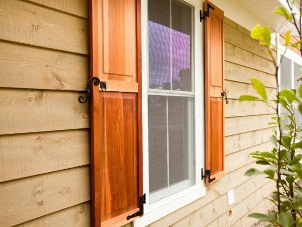Защитные деревянные ставни на окна.